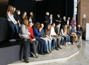 """Die Preisträger des 3. Jugendkulturpreises """"Talente 2015"""" mit Regisseur Tom Wolf und Moderator David Gruschka bei einem Vorbereitungstreffen zur Gala"""