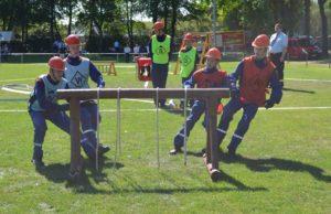 Die Messinger Brandschützer sprinten zum Knotengestellen und legten die Knoten fehlerfrei innerhalb von 10 Sekunden